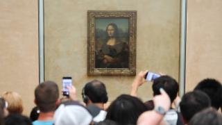 imagen de multitud de personas frente a la Mona Lisa