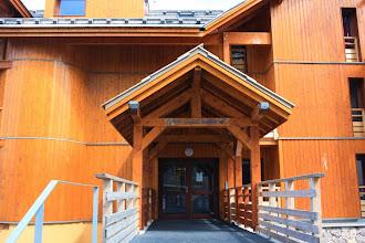 Photo: Coup d'œil sur l'espace extérieur de la résidence Deneb, à Risoul, dans les Alpes du Sud.
