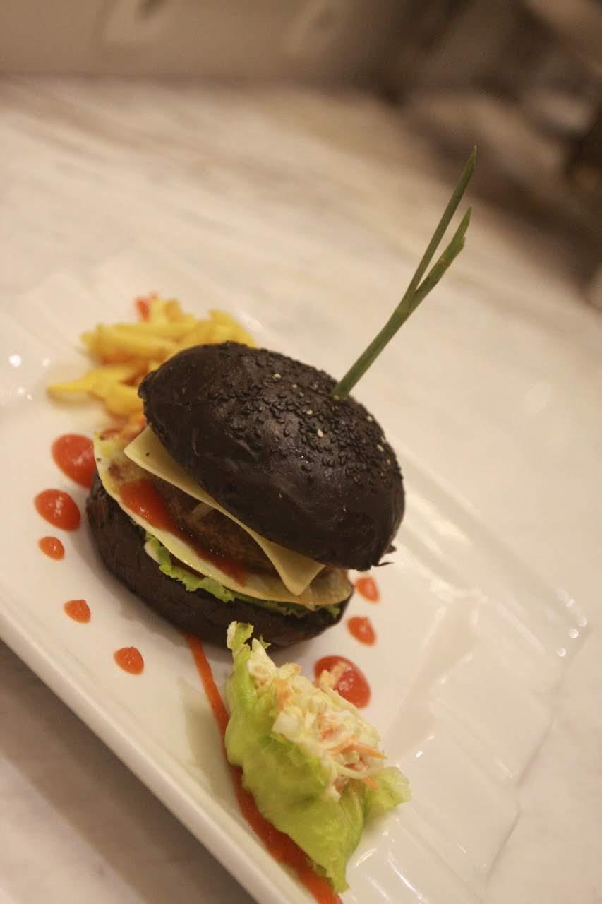 Classic Burger ala Grand Mahkota Hotel