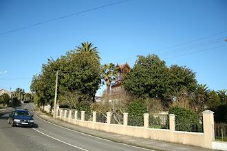 """Photo: Bergondo, lugar de Saioso (estrada AC-161). Vista parcial do chalet modernista das """"palmeiras"""" (2012)"""