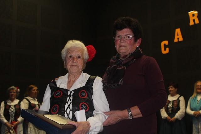 Encarna Sola, de 92 años, recibe un premio de manos de la concejala Ángeles Rubira.