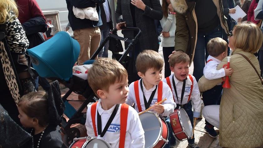 Jóvenes músicos de la Guardería Aros en la procesión y algunos se emocionaron al ver a la familia.