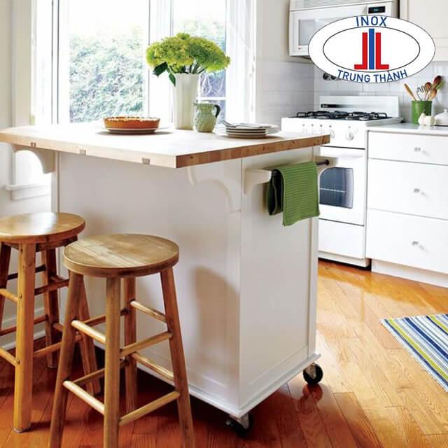 Sắp xếp bàn ghế, màu sắc trang trí cẩn thận, xem xét kĩ càng.