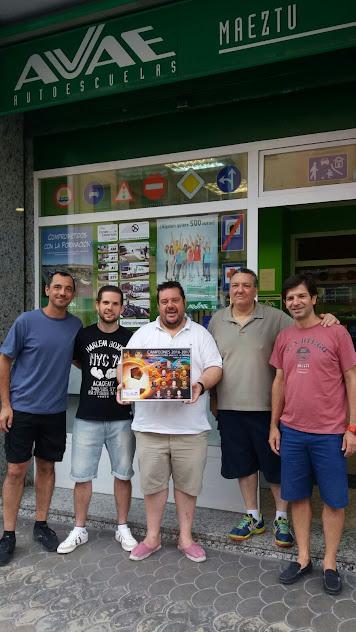 Entrega del cuadro conmemorativo de Campeones de fútbol sala al patrocinador del equipo Autoescuela Maetzu.
