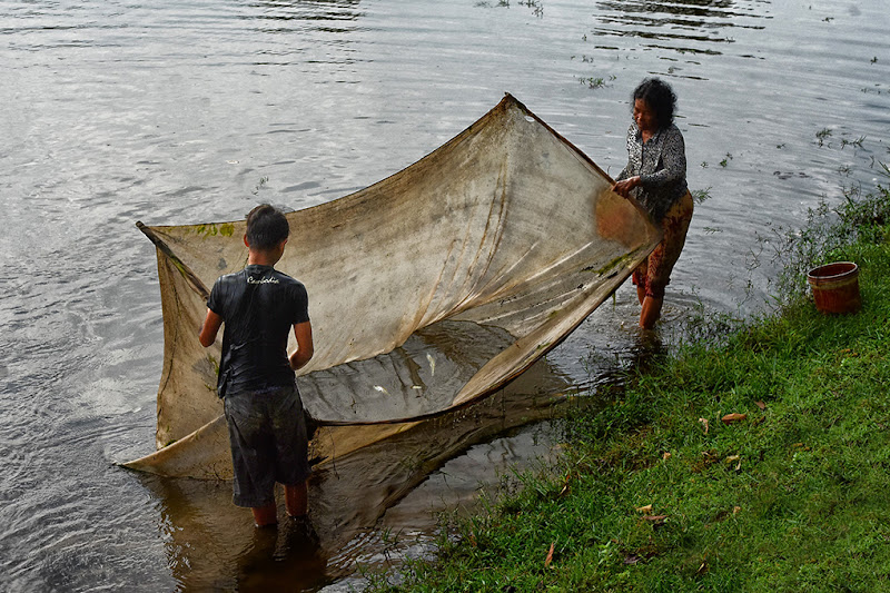 Mamma e figlio a pesca di Clara
