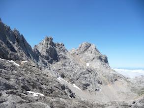 Photo: Una vista atrás, de izquierda a derecha: TorreEnmedio, Peña Santa de Enol y, abajo, el Jou Santo
