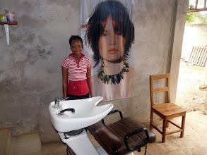 Photo: le donateur carentanais reconnaîtra son fauteuil à shampoing, et même ses magnifiques posters !..