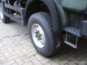 Photo: 110er IVECO 4x4 mit Einzelbereifung 385/65R22.5 und passendem Radmutternschutz