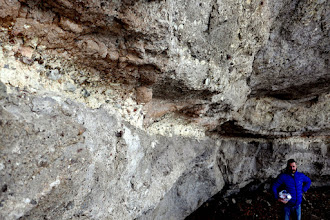 Photo: A vulkanikus folyamatok által kialakult metamorfózis csodás palettája jól tanulmányozható a Macska-lyuk üregének falán.