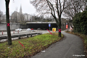 Photo: Ein-/Ausfahrt Leuze-Tunnel B10, hinten die Berger Kirche