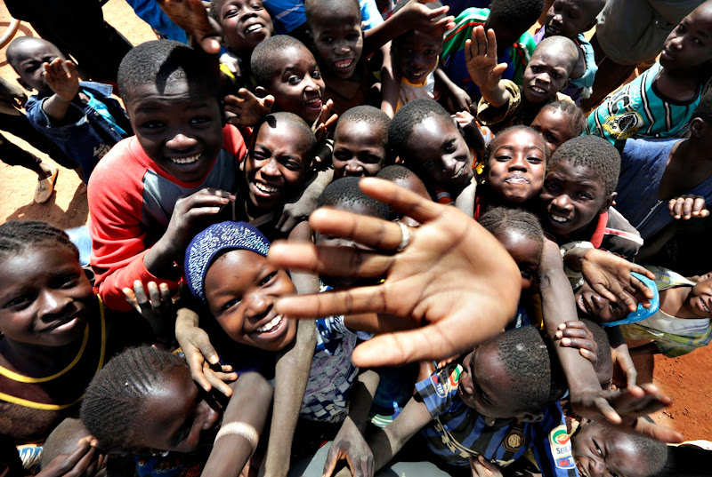 Photo: Children wave to media in the the recently liberated town of Konna January 26, 2013.     REUTERS/Eric Gaillard (MALI - Tags: CIVIL UNREST CONFLICT MILITARY)