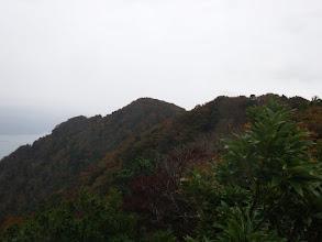 奥にサザエガ岳