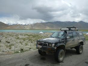 """Photo: Zastavujeme u jezera Karakul zvaného také """"Černé jezero""""."""