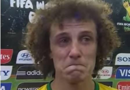 Imagem de David Luiz chorando após a derrota no jogo Brasil x Alemanha.