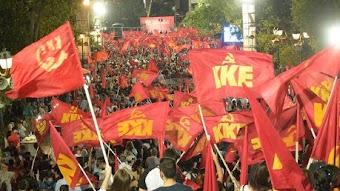 Menschenmasse mit KKE-Fahnen.