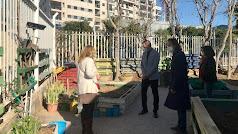 El delegado ha visitado el huerto escolar del centro.