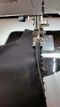 Photo: Klap het picot om en gebruik een elastische steek om het picot door te stikken. Topstitching picot
