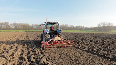 Photo: voor tweede rijtje hazelnoten maakt pa de grond iets gladder