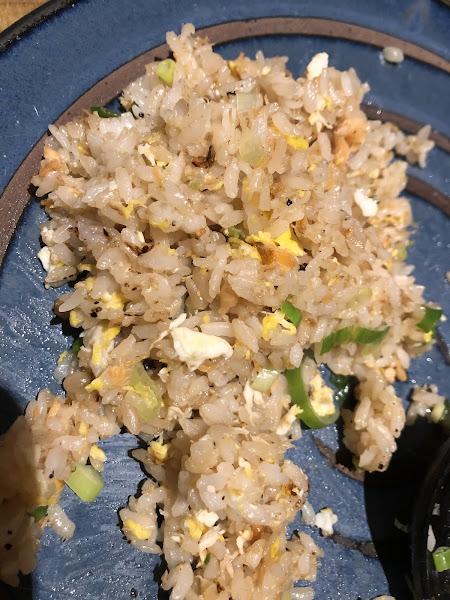 超好吃,尤其焦糖鮭魚必點,小孩也很愛他們家炒飯,平價美食