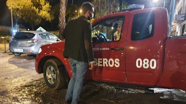 Fernández-Pacheco dialoga con un bombero.