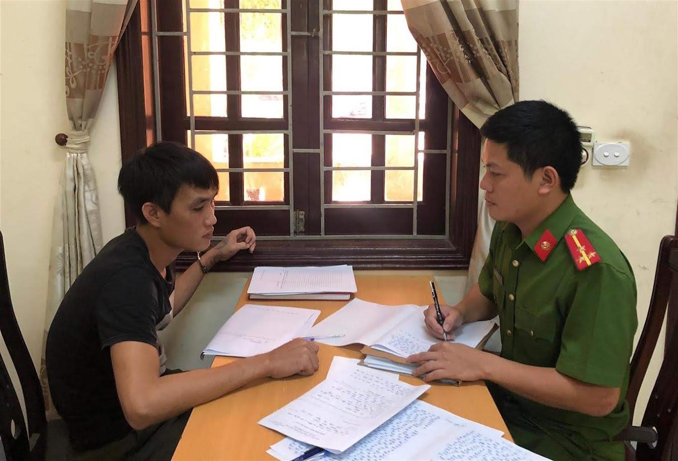 Cán bộ Công an huyện Diễn Châu lấy lời khai                                       đối tượng phạm tội