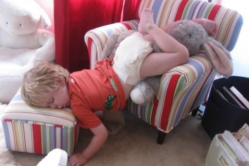 Ngủ ở những nơi kỳ lạ hay ngủ mọi lúc mọi nơi là điều khiến người lớn không làm được. Thế nhưng tại sao trẻ nhỏ lại có thể. Và trong khi điều này rất đáng yêu và vui vẻ, thì một số cha mẹ lại tự hỏi rằng liệu nó có bình thường hay không?
