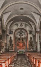 Photo: Das innere der Kirche.  Seine heutige neuromanische Form erhielt das Kirchenschiff aber erst 1874.  In Originalsubstanz ist vom gotischen Bau nur der Chor erhalten geblieben.  Im Kircheninneren können 12 bunte Glasfenster bewundert werden,  die Szenen aus dem Leben der Apostel illustrieren.  Auf dem Hochalter steht eine Kopie der bekannten Wechselburger Kreuzigungsgruppe.