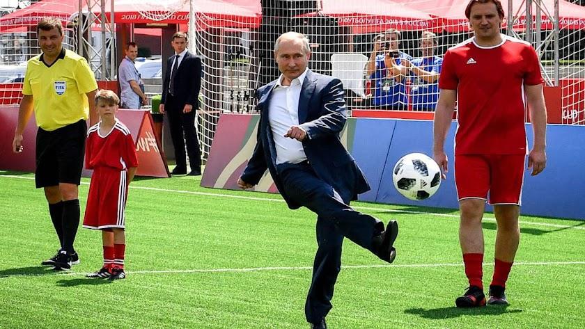 El presidente ruso le pega bien al balón.