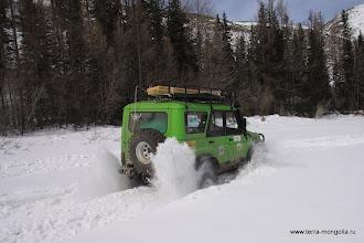 Photo: Этот экипаж предпочитает форсировать снег на скорости.