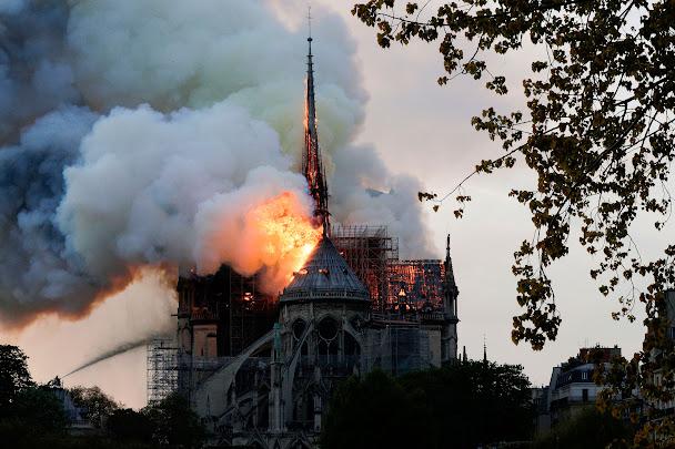 Nhà thờ Đức Bà Notre-Dame Paris: lính cứu hoả nỗ lực dập lửa