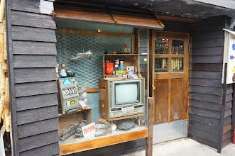 Photo: 古老懷念的東西!不過那電視還不算太古老,因為那已經是按鍵式的了,找台轉盤式的來吧