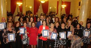 Las galardonadas junto al alcalde, concejales y representantes institucionales.