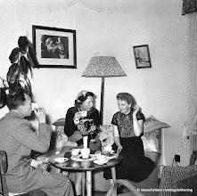 Photo: Järnvägsstationen i Vasselhyttan. Stationslägenheten, Arne, Astrid och Helga 1950