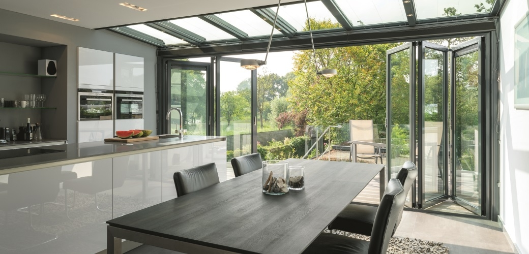 Desain Dapur dengan Area Terbuka Hijau - source: https://www.ekbbmagazine.co.uk/