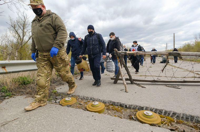 Украинская сторона передает людей на обмен возле города Счастье и оккупированного боевиками Луганска, 16 апреля 2020 года. Из оккупированной территории Луганской области на подконтрольную Украины территорию вернулись 11 человек