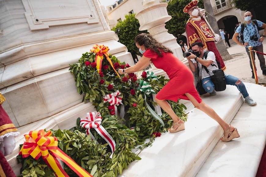 Ofrenda floral en la Plaza de la Constitución.