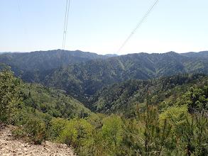 奥の鉄塔が朝登った所、右にフカンド山