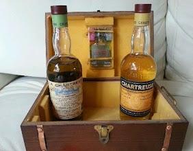 Photo: Tout se trouve dans cette mallette, Monsieur. A manipuler avec précaution. A l'intérieur deux vieux flacons de liqueur des années 1960 et un étui contenant le fameux élixir végétal !