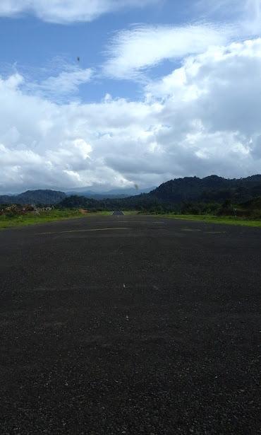 Landasan pacu Bandara Long Ampung yang lebar dan sudah beraspal. (Foto: Yudha PS)
