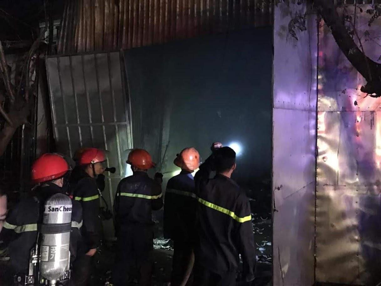 Lực lượng Cảnh sát PCCC&CNCH triển khai các phương án chữa cháy trong vụ cháy chợ Diễn Thành (Diễn Châu)