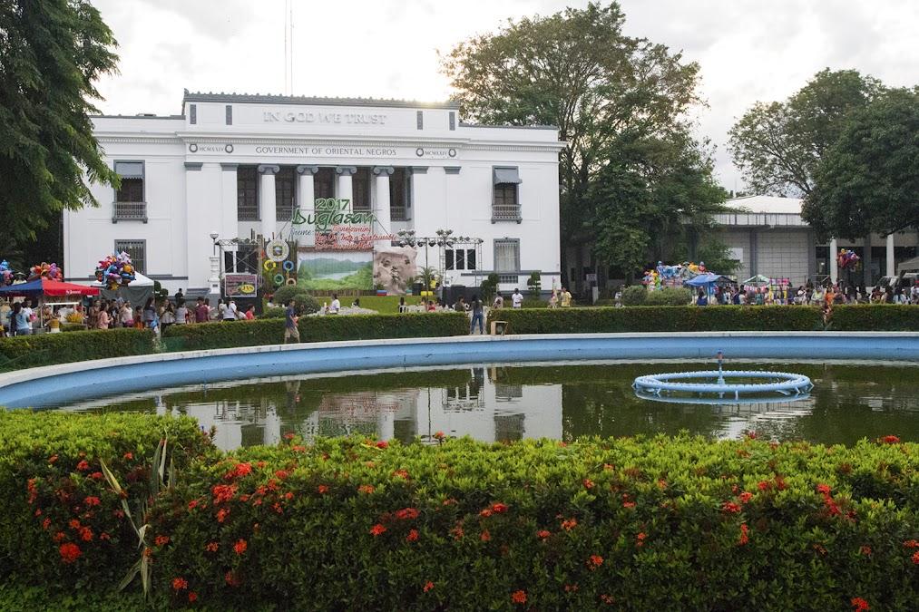 Грустный мокрый фонтан Фридом Парка в разгар Бугласана (но в стороне от него праздничная жизнь все-таки кипит)...