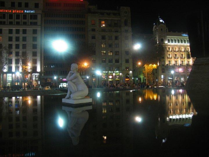 Estatua de mujer Plaza De La Catalunya di gianna