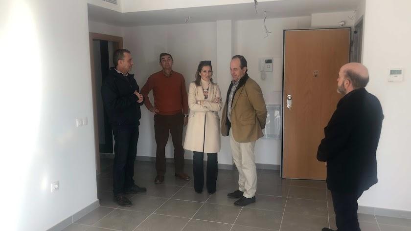 La concejal, durante la visita a una de las casas de la promoción.