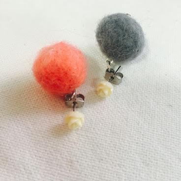 象牙色樹脂小玫瑰配雙色手造小毛球耳環