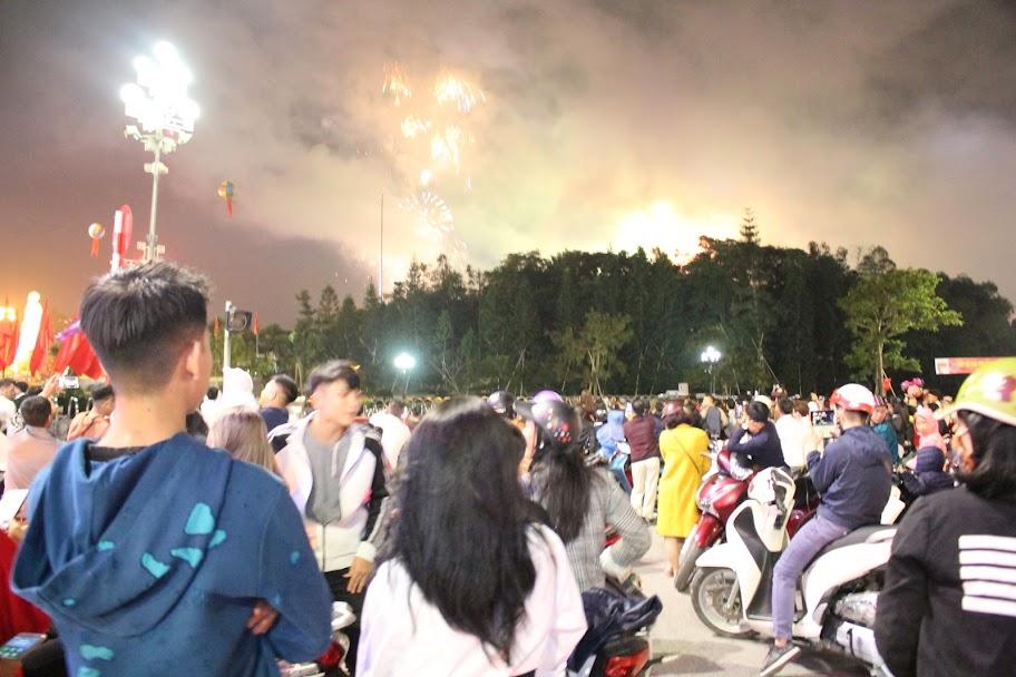 Thời tiết đẹp nên rất đông người tập trung ở Quảng trường Hồ Chí Minh để ngắm pháo hoa