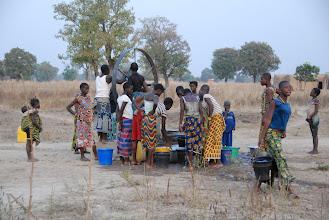 Photo: Corvée d'eau pour l'arrosage du potager janvier 2011