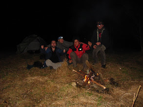"""Photo: Tam też, obok zgliszczy bacówki w której bywają ponoć odprawiane satanistyczne rytuały, rozbijamy namiot. Niebawem płonie ognisko, skwarzą się zapiekaneczki a górami i dolinami niesie się radosny śpiew młodzieży świętującej kolejną """"18"""" Pudelka :D"""