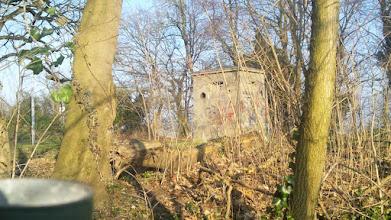 Photo: Ein ,Ein-Mann-Bunker' zur Gelände-Beobachtung vom zubetonierten Schacht aus gesehen.