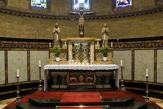 """Photo: Het priesterkoor of hoogkoor is de ruimte waar zich het hoofdaltaar bevindt. Opdit hoofdaltaarstaat het tabernakel, een rijk versierde brandwerende kluis, waarin het Heilig Sacrament (de geconsacreerde hosties) bewaard wordt in een ciborie.   The main altar with the tabernacle. This is the fixed, locked box in which the Eucharist (the concecrated bread) is """"reserved"""" (stored)."""