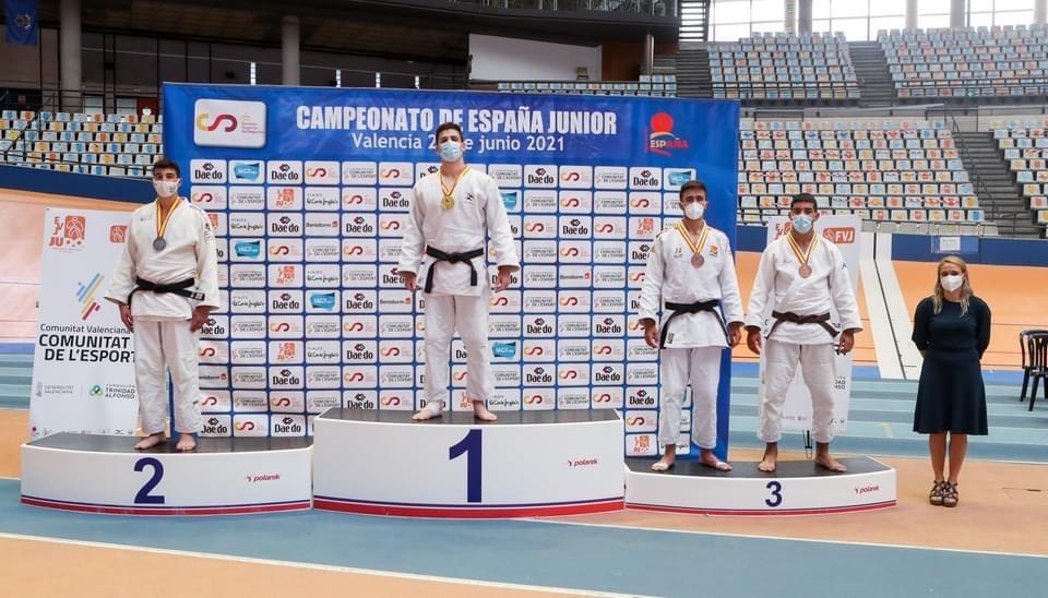Alejandro luciendo su medalla en el podio.